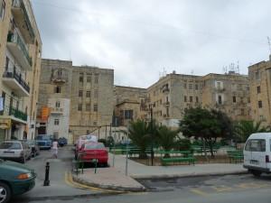 Il-bini l-ġdid u l-bandli fejn qabel kien hemm l-inħawi tal-Mandraġġ