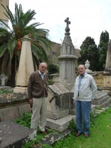 Mix-xellug - Dr Alexander Welsh u Charles Gatt biswit monument li għandu l-ħsara tal-gwerra