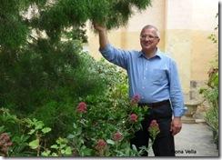 Dr Joseph Buhagiar biswit is-sigra tal-gharghar fil-Gonna Botanici tal-Argotti