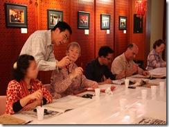 Studenti jitharrgu fil-kalligrafija fic-Centru Kulturali tac-Cina f'Malta