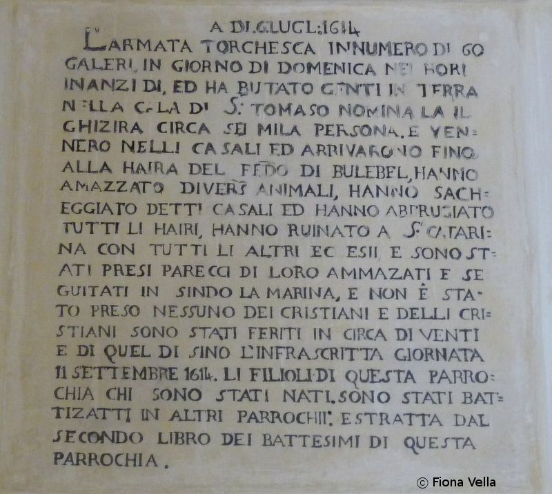 Figura 2. L-iskrizzjoni li tinsab fil-parrocca l-antika taz-Zejtun li tiddeskrivi l-attakk li sehh fl-1614..JPG