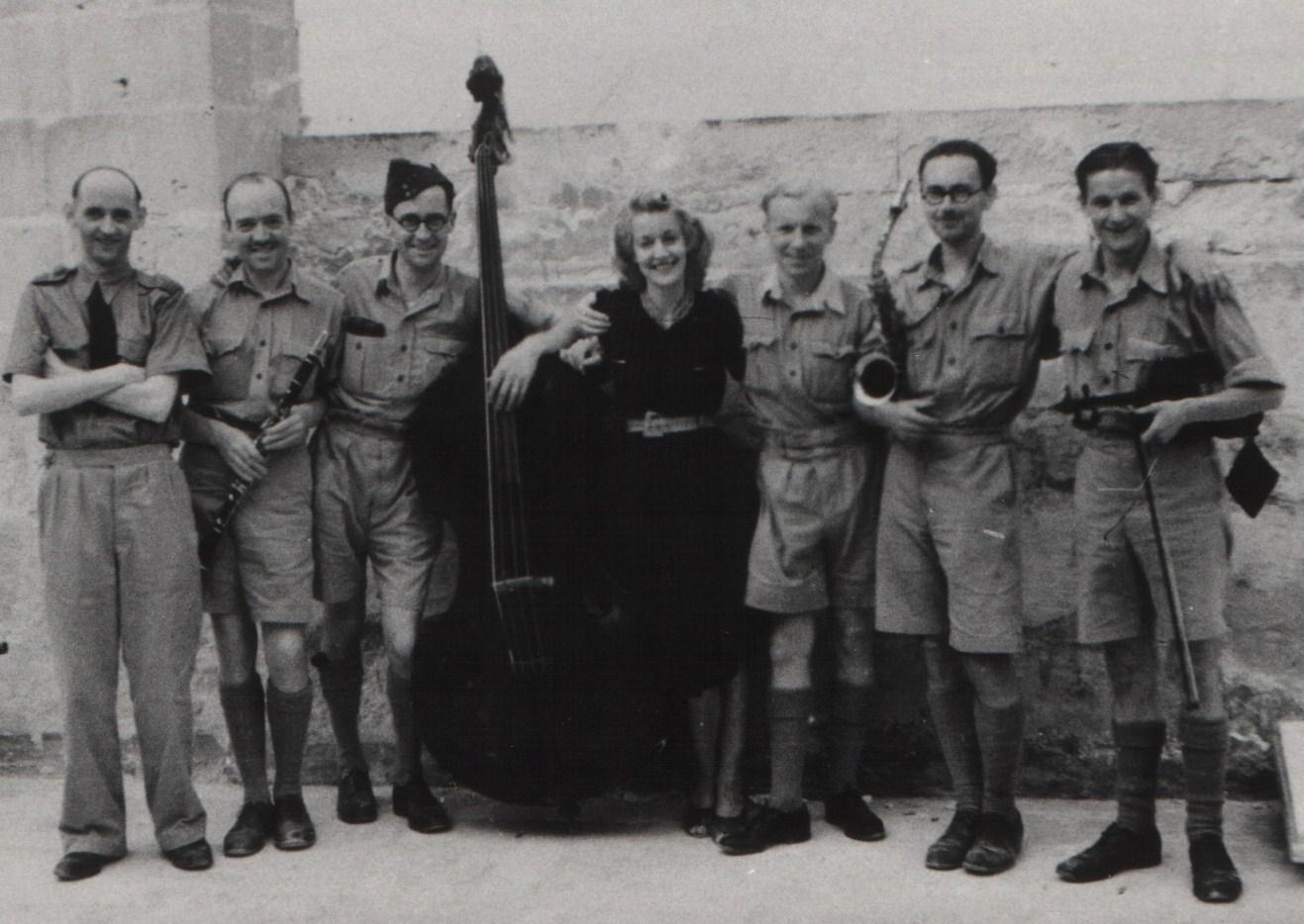 Christina Ratcliffe ma' Wing Commander Adrian Warburton u l-orkestra taghha (Ritratt - Heritage Malta).jpg