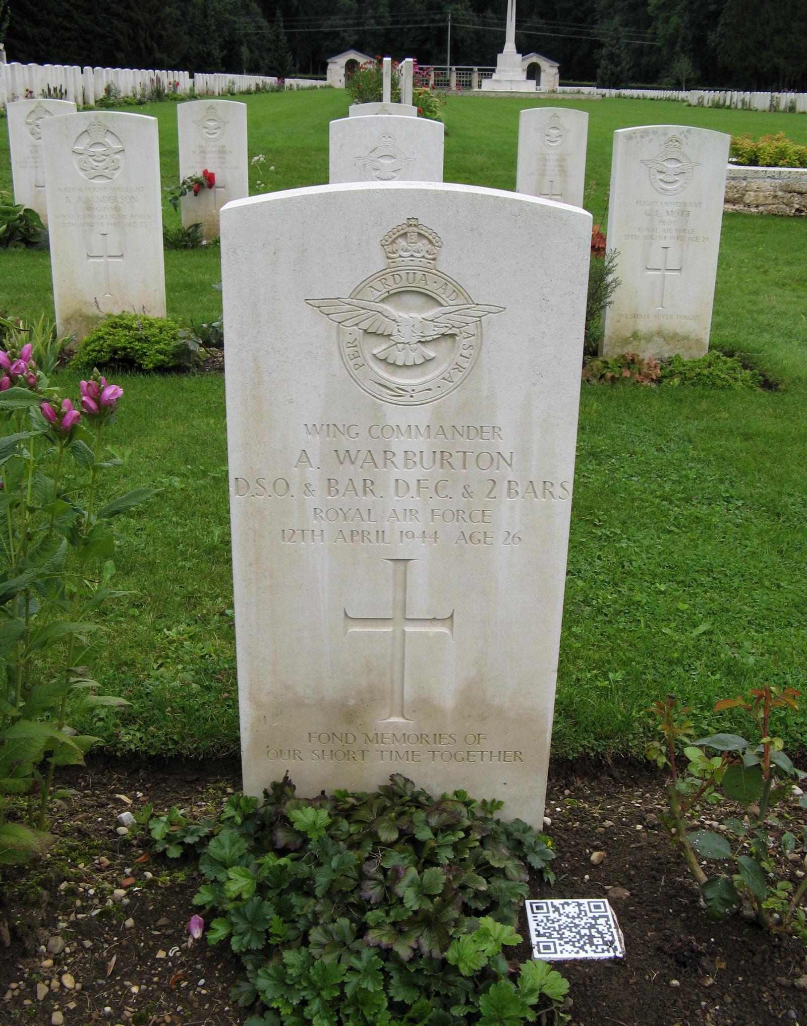 Il-qabar ta' Wing Commander Adrian Warburton (Ritratt - Find a Grave).jpg