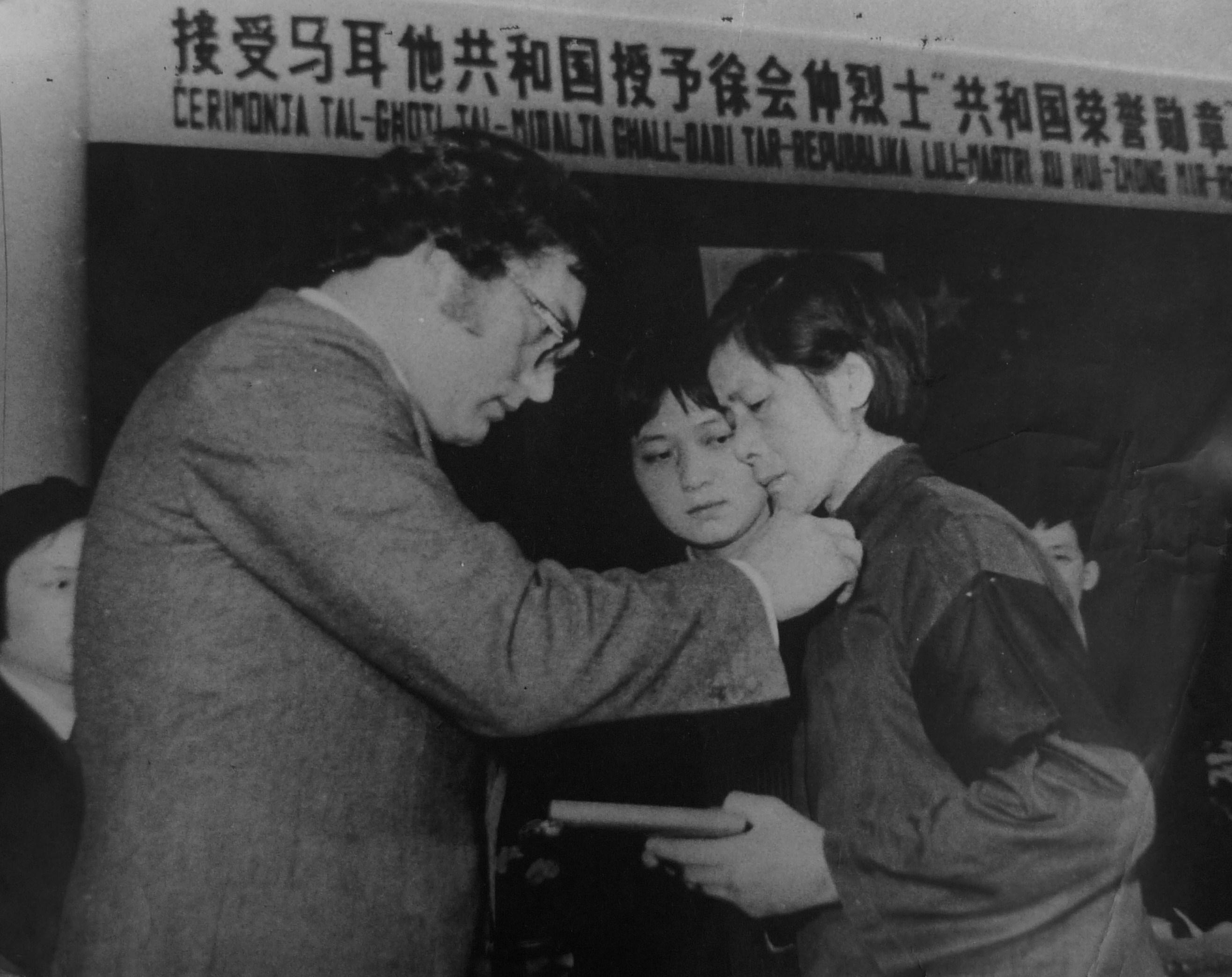 L-ex Ministru Reno Calleja qed jghaddi l-Midalja lill-armla tal-inginier Xu Huizhong.JPG